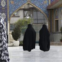 Des Iraniennes voilées de la tête aux pieds au sanctuaire de Saint Saleh, dans le nord de Téhéran, en Iran, le 6 avril 2021. (Crédit : Vahid Salemi / AP)