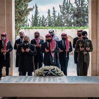 Le roi de Jordanie Abdallah II, au centre, le prince Hamzah bin Al Hussein, deuxième à gauche, et d'autres personnes lors d'une visite sur la tombe du défunt roi Hussein. Les membres de la famille royale jordanienne ont marqué dimanche le centenaire de la création de l'émirat de Transjordanie, un protectorat britannique qui a précédé le royaume. (Crédit : Compte Twitter de la Cour royale via AP)
