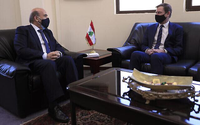 Le sous-secrétaire d'État américain aux Affaires politiques, David Hale, à droite, rencontre le ministre libanais des Affaires étrangères Charbel Wehbe, à Beyrouth, au Liban, le 14 avril 2021. (Crédit : AP Photo / Hussein Malla)