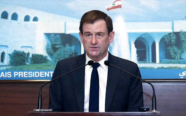 Sur cette photo publiée par le gouvernement libanais, le sous-secrétaire d'État américain aux Affaires politiques David Hale prend la parole après une rencontre avec le président libanais Michel Aoun, au palais présidentiel à Baabda, à l'est de Beyrouth, au Liban, le 15 avril 2021. (Crédit : Dalati Nohra / Gouvernement officiel libanais via AP)