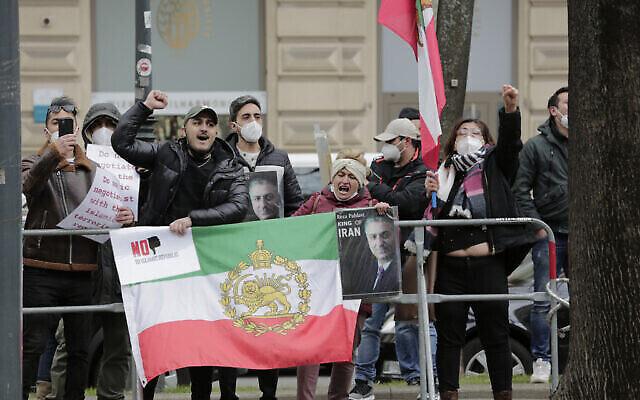 """Des manifestants d'un groupe d'opposition iranien protestent près du """"Grand Hotel Wien"""" où se déroulent les négociations nucléaires à huis clos avec l'Iran, à Vienne, en Autriche, le 15 avril 2021. (AP Photo/Lisa Leutner)"""