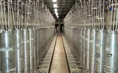 Sur cette image réalisée à partir d'une vidéo du 17 avril 2021, publiée par la télévision d'État Islamic Republic Iran Broadcasting, IRIB, diverses machines à centrifuger sont alignées dans un hall de l'installation d'enrichissement d'uranium de Natanz, en Iran. (IRIB via AP, File)