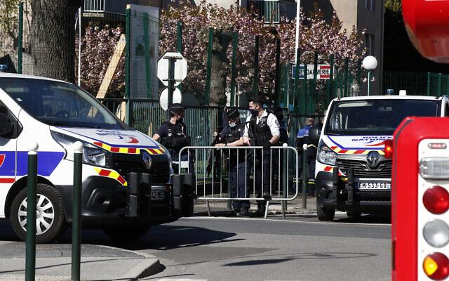 Des policiers bloquent l'accès avec des barrières à côté du commissariat de Rambouillet, au sud-ouest de Paris, vendredi 23 avril 2021. (Crédit : AP / Michel Euler)
