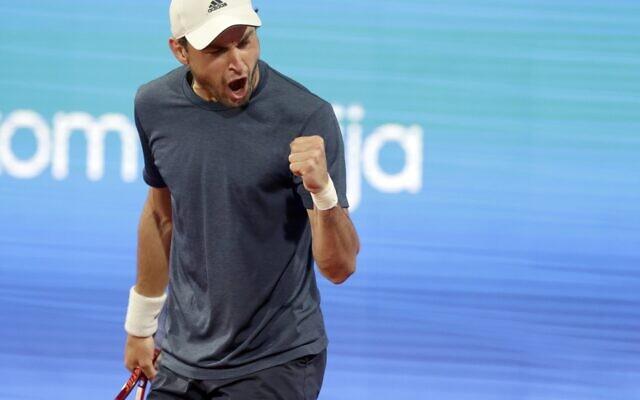 Aslan Karatsev, de Russie, célèbre un point, lors du match du tournoi de tennis Serbia Open contre Novak Djokovic, de Serbie, à Belgrade, en Serbie, samedi 24 avril 2021. (AP Photo/Darko Vojinovic)