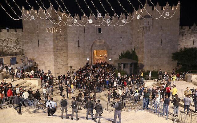 La police israélienne retire des barrières qui empêchaient la foule de se rassembler à la porte de Damas de la vieille ville, le 26 avril 2021. (Crédit : AP Photo/Ariel Schalit)