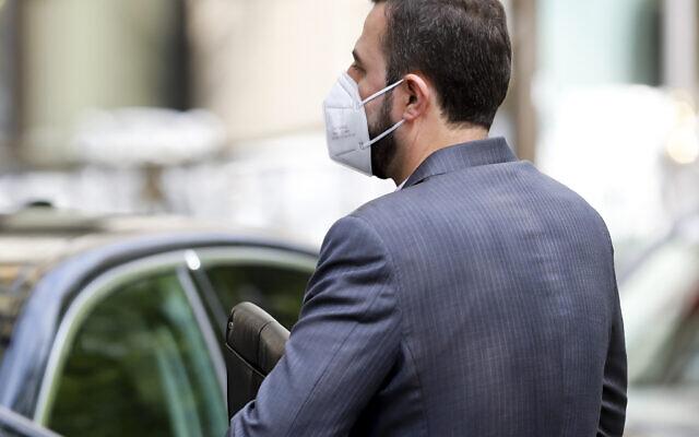 """Le gouverneur de l'Iran auprès de l'Agence internationale de l'énergie atomique (AIEA), Kazem Gharib Abadie, entre dans le """"Grand Hotel Wien"""" où se déroulent des négociations nucléaires à huis clos, à Vienne, en Autriche, le 27 avril 2021. (Crédit : AP Photo/Lisa Leutner)"""
