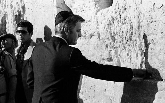 Le vice-président américain Walter Mondale, coiffé d'une kippa, dépose une note de vœu dans le mur Occidental, le 30 juin 1978, à Jérusalem, où il s'est rendu avec sa femme et sa fille. (AP Photo/Max Nash)