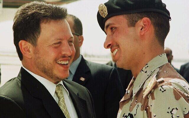 Le roi de Jordanie Abdallah II (à gauche) rit avec son frère Hamza, alors prince héritier (à droite), le 2 avril 2001, peu avant que le monarque jordanien n'entame une tournée aux États-Unis. (Crédit : AP / Yousef Allan)