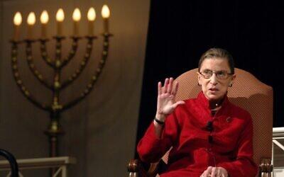La magistrate Ruth Bader Ginsburg, la première juive à avoir été nommée à la cour suprême, lors d'une discussion avec le réalisateur David Grubin sur sa série sur PBS, 'The Jewish Americans' à Washington. (Crédit : AP Photo/Kevin Wolf)