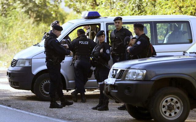 Des policiers kosovars attendent au poste frontière de Jarinje entre la Serbie et le Kosovo, au Kosovo, mercredi 9 octobre 2019. (AP Photo/Bojan Slavkovic)