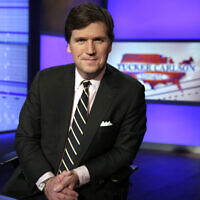 "Tucker Carlson, présentateur de l'émission "" Tucker Carlson Tonight "", pose pour des photos dans un studio de la chaîne Fox News, le 2 mars 2017 à New York. (AP Photo/Richard Drew, File)"