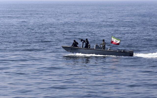 Illustration : sur cette photo publiée le 17 février 2021 par l'armée iranienne, un navire de la marine iranienne battant pavillon iranien participe à un exercice naval conjoint de la marine russe, de la marine iranienne et de la marine des Gardiens de la révolution iranienne dans l'océan Indien. (Crédit : armée iranienne via AP)