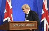 Le Premier ministre britannique Boris Johnson après un briefing sur le coronavirus à Downing Street, Londres, le 5 avril 2021. (Crédit : Stefan Rousseau / Pool via AP)