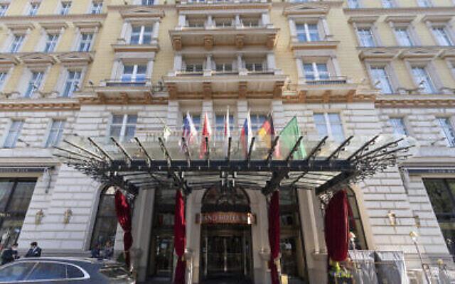 """Vue extérieure du """"Grand Hotel Wien"""" à Vienne, en Autriche, le 9 avril 2021, où se déroulent les négociations nucléaires à huis clos avec l'Iran. (AP Photo/Florian Schroetter)"""