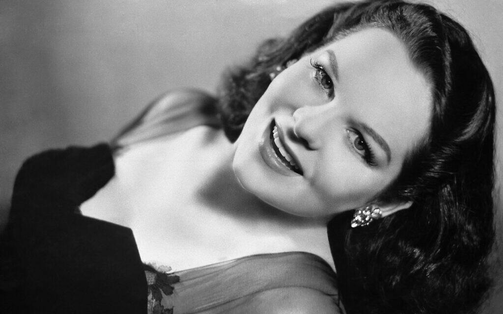 Le 20 juin 1947, Benjamin (Bugsy) Siegel est assassiné par un gang dans une résidence somptueuse de Beverly Hills, en Californie, louée par la riche et active Virginia Hill (photo), connue dans le milieu du cinéma pour ses fêtes somptueuses. Elle était en route pour Paris ou s'y trouvait déjà lorsque le meurtre a eu lieu. (Photo AP)
