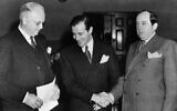 """Benjamin """"Bugsy"""" Siegel, (au centre), remercie ses avocats Byron Hanna, (à gauche), et Jerry Giesler après que l'accusation de Siegel pour meurtre a été rejetée à Los Angeles, Californie, le 11 décembre 1940. (Photo AP)"""