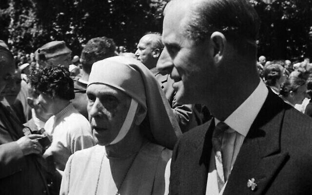 Le prince Philip d'Angleterre escorte sa mère, la princesse Alice Andreas de Grèce, lors du mariage de la princesse  Margarita de Baden et du Prince Tomislav de Yougoslavie après la cérémonie religieuse, à Salem, en Allemagne, le 5 juin 1957. (Crédit :  AP Photo)