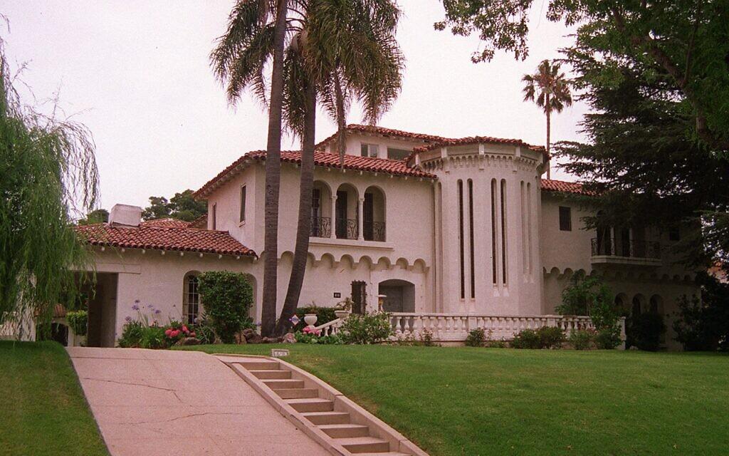 """Photo extérieure prise le 14 juin 1997 de la maison où, selon certaines sources, Benjamin """"Bugsy"""" Siegel a été assassiné à Beverly Hills, en Californie, le 20 juin 1946. (AP Photo/Michael Tweed)"""
