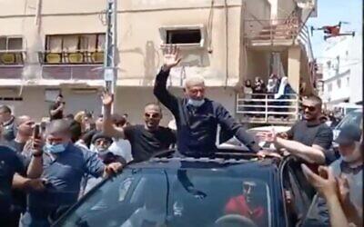 Le terroriste Rushdi Hamdan Abu Mukh accueilli à sa libération de prison dans sa ville natale de Baqa al-Gharbiyye, le 5 avril 2021. (Capture d'écran : Twitter)