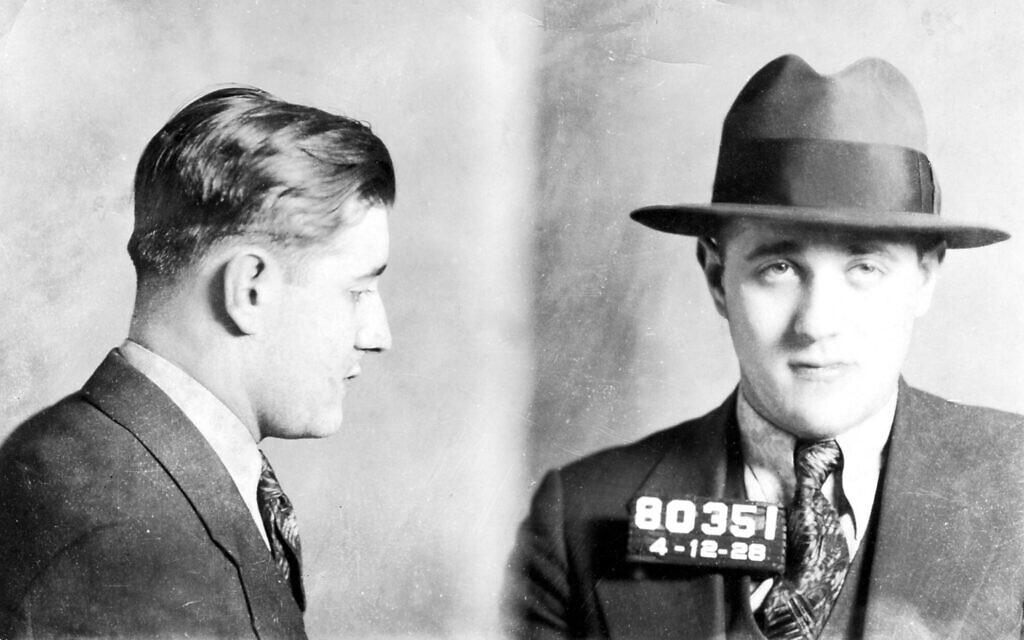 """Une photo d'identité judiciaire de Benjamin """"Bugsy"""" Siegel, un mafieux juif américain ayant une grande influence au sein de la Mafia et du Syndicat national du crime. (Autorisation de Yale University Press)"""