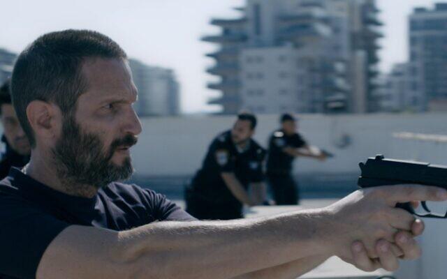 """L'acteur Guri Alfi (à l'extrême gauche) joue dans """"Blackspace"""", une série israélienne qui arrive sur Netflix. (Crédit : Treizième chaîne)"""