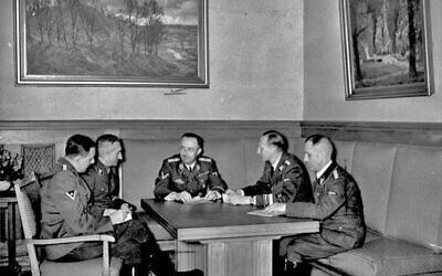Photographie de 1939; de gauche à droite sont Franz Josef Huber, Arthur Nebe, Heinrich Himmler, Reinhard Heydrich et Heinrich Müller, planifiant l'enquête sur la tentative d'assassinat à la bombe sur Adolf Hitler du 8 novembre 1939 à Munich. (Crédit : Bundesarchiv, Bild 183-R98680 / CC-BY-SA 3.0)