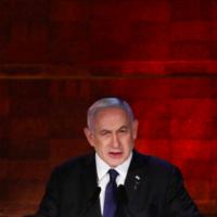 Le Premier ministre Benjamin Netanyahu prend la parole lors d'une cérémonie tenue au mémorial de Yad Vashem à Jérusalem, le 7 avril 2021 (Crédit : Olivier Fitoussi / Flash90)