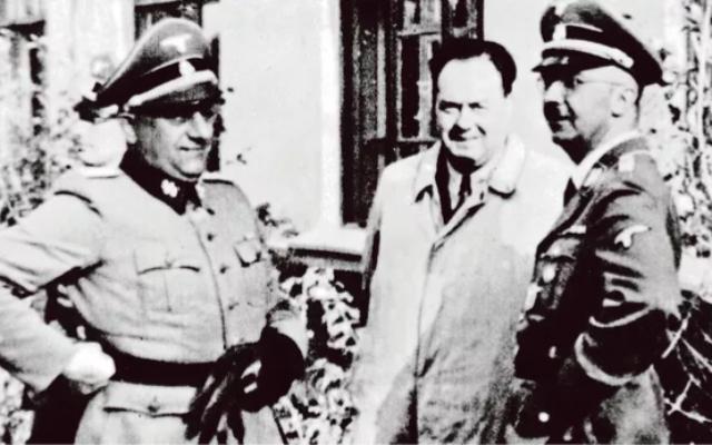 Heinrich Himmler (à droite), chef de la SS, et son thérapeute, Felix Kersten (au centre), en 1944.(Crédit : Archives du Patrimoine culturel prussien / Bildarchiv Preußischer Kulturbesitz)