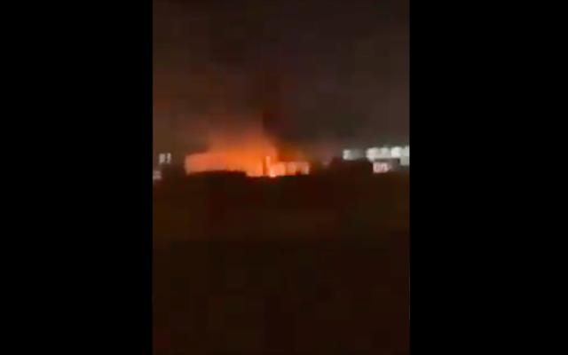 L'incendie à l'aéroport d'Erbil après un tir de roquette, le 14 avril 2021. (Crédit : Capture d'écran Twitter)