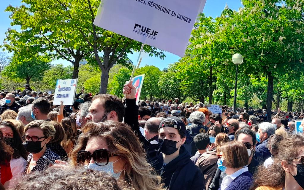 Des manifestants au rassemblement pour demander justice pour Sarah Halimi, sur la place du Trocadéro, devant la tour Eiffel, à Paris, le 25 avril 2021. (Crédit : Glenn Cloarec / The Times of Israël)