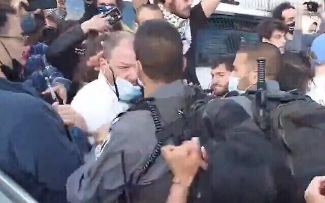 Le député de la Liste arabe unie Ofer Cassif après le premier coup de poing d'un officier de police lors d'une manifestation dans le quartier de Sheikh Jarrah à Jérusalem-Est, le 9 avril 2021. (Capture d'écran)