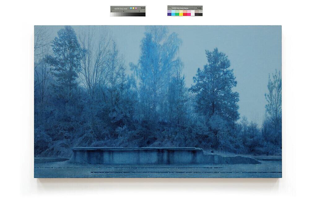 """Une vue de Dachau, tirée de """"Prussian Blue"""", la série de 50 peintures de Yishai Jusidman, exposée au Mishkan Museum of Art à Ein Harod à partir du 24 mars 2021 (Crédit : Ein Harod)."""