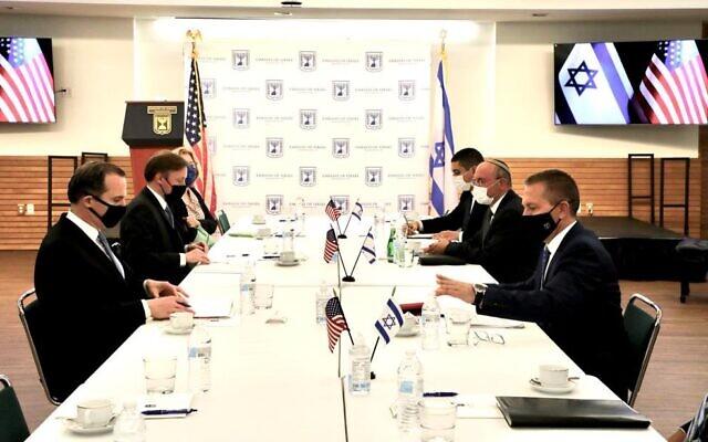 Les responsables israéliens, avec l'ambassadeur Gilad Erdan, à droite, le conseiller à la sécurité nationale Meir Ben-Shabbat, deuxième à droite, rencontrent les responsables américains  Brett McGurk, à gauche, le Conseiller à la sécurité nationale Jake Sullivan, deuxième à gauche, et  Barbara Leaf, troisième à gauche, à l'ambassade israélienne de Washington, le 27 avril 2021. (Crédit : Ambassade d'Israël)