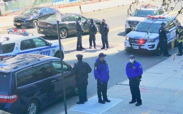 Les agents de la police de New York sur la scène d'une attaque. Quatre synagogues ont été vandalisées à Riverdale, dans le Bronx, le 26 avril 2021. (Crédit :  NYPD via Twitter)