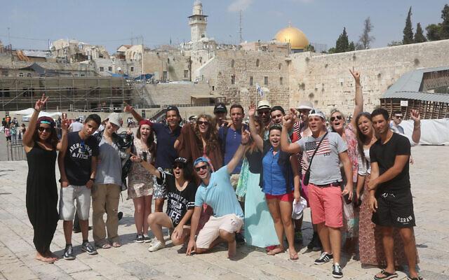Des participants à un voyage Taglit Birthright au mur Occidental de la Vieille Ville de Jérusalem, le 18 août 2014. (Crédit : Flash90)