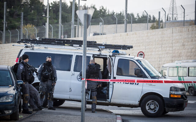 Photo d'illustration : Les forces de sécurité bloquent l'entrée du camp de réfugiés de Shuafat à Jérusalem-Est pendant une opération de la police frontalière, le 2 décembre 2015. (Crédit : Hadas Parush/Flash90)