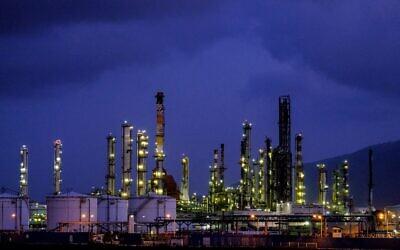 Vue des raffineries de pétrole de Haïfa et d'autres zones industrielles, le 5 mai 2017. (Yaniv Nadav/Flash90/File)