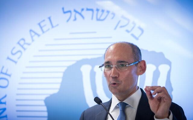 Le gouverneur de la Banque d'Israël Amir Yaron s'exprime lors d'une conférence de presse à la Banque d'Israël à Jérusalem, le 7 janvier 2019. (Crédit : Noam Revkin Fenton/Flash90)