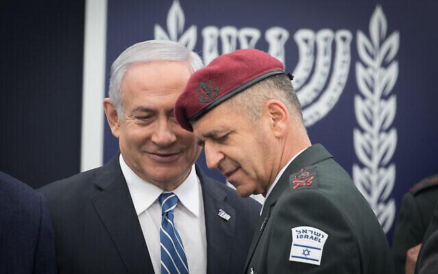 Le Premier ministre Benjamin Netanyahu et le chef d'état-major de Tsahal Aviv Kochavi lors d'un événement pour des soldats exceptionnels dans le cadre des célébrations du 71e anniversaire de l'indépendance d'Israël, à la résidence du président à Jérusalem, le 9 mai 2019. (Crédit : Noam Revkin Fenton / Flash90)