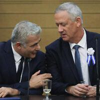 Benny Gantz, (à droite), et Yair Lapid, alors chefs du parti Kakhol lavan, lors d'une réunion de faction à l'ouverture de la 22e Knesset, à Jérusalem, le 3 octobre 2019. (Hadas Parush/Flash90)