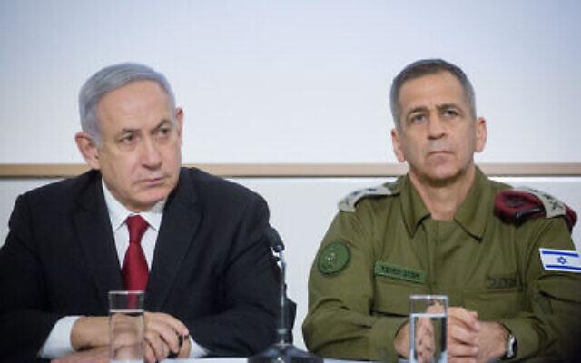 Archives: Le Premier ministre Benjamin Netanyahu (à gauche) et le chef d'état-major de Tsahal Aviv Kohavi lors d'une conférence de presse après une réunion du cabinet de sécurité suite à l'escalade de la violence dans la bande de Gaza, au quartier général de Tsahal à Tel Aviv, le 12 novembre 2019. (Miriam Alster/Flash90)