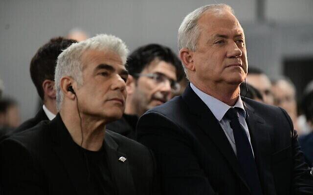 Le chef du parti Kakhol Lavan, Benny Gantz, à droite, et le dirigeant de Yesh Atid, Yair Lapid, s'adressent à des partisans à Tel Aviv, le 20 février 2020. (Crédit : Tomer Neuberg / FLASH90)