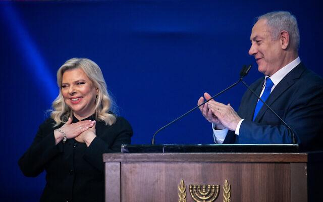 Le Premier ministre Benjamin Netanyahu et son épouse Sara devant leurs partisans pendant la nuit des élections israéliennes au siège du parti du Likud, à Tel Aviv, le 3 mars 2020 (Crédit : Olivier Fitoussi/Flash90)