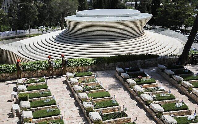 Soldats au cimetière militaire du mont Herzl de Jérusalem le jour du Souvenir, Yom Hazikaron, 28 avril 2020. (Avshalom Sassoni / Flash90) (Olivier Fitoussi / Flash90)