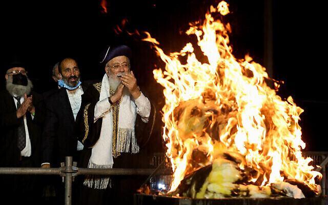 Le grand rabbin séfarade de Jérusalem, le rabbin Shlomo Amar, près d'un feu de joie lors des célébrations de la fête juive de Lag BaOmer au mont Meron, dans le nord d'Israël, le 11 mai 2020. (David Cohen/Flash90)