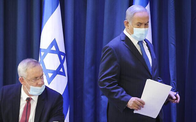 Le Premier ministre Benjamin Netanyahu et le ministre de la Défense Benny Gantz, lors de la réunion hebdomadaire du cabinet, au ministère des Affaires étrangères à Jérusalem, le 21 juin 2020. (Crédit : Marc Israel Sellem / POOL)