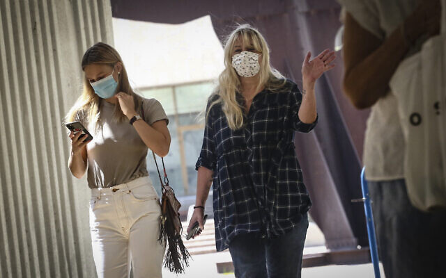 Le top model israélien Bar Refaeli, (à gauche) et sa mère Tzipi Refaeli arrivent pour une audience au tribunal de première instance de Tel Aviv, le 13 septembre 2020. (Miriam Alster/Flash90)