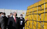 Le Premier ministre israélien Benjamin Netanyahu lors de la réception des premiers vaccins Pfizer en Israël, le 9 décembre 2020. (Crédit : Marc Israel Sellem/Pool)