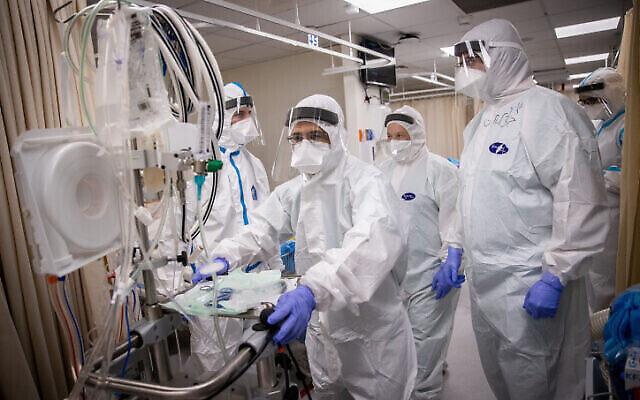 Des membres de l'équipe de l'hôpital Shaare Zedek portant un équipement de protection travaillent au service du coronavirus, à Jérusalem le 19 janvier 2021. (Crédit : Yonatan Sindel / Flash90)