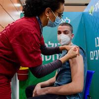 Photo d'illlustration : Un étudiant israélien reçoit un vaccin contre la COVID-19 dans un centre de vaccination Leumit à Tel Aviv, le 23 janvier 2021. (Crédit :Avshalom Sassoni/Flash90)